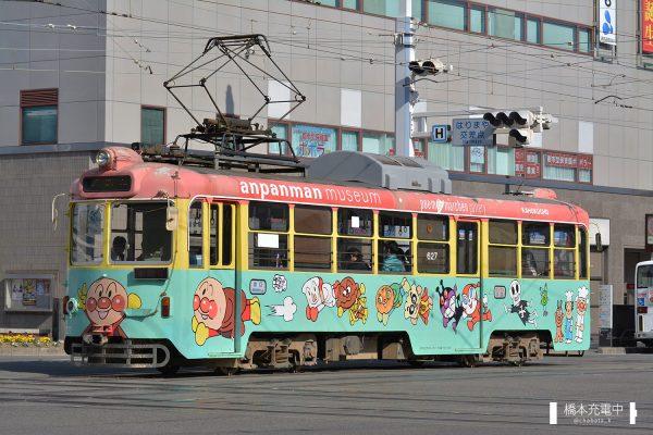 とさでん交通600形 627/アンパンマンミュージアムの車体広告車として運行中(2018-01-21 はりまや橋)